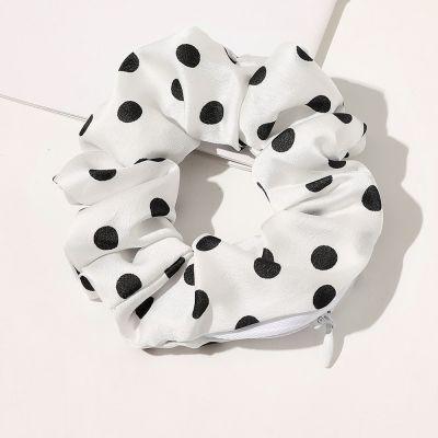 Scrunchie Wallet Ένα οργανικό κοτσιδάκι που μπορεί να φυλάει και τα αγαπημένα σου αντικείμενα! - White with black dots